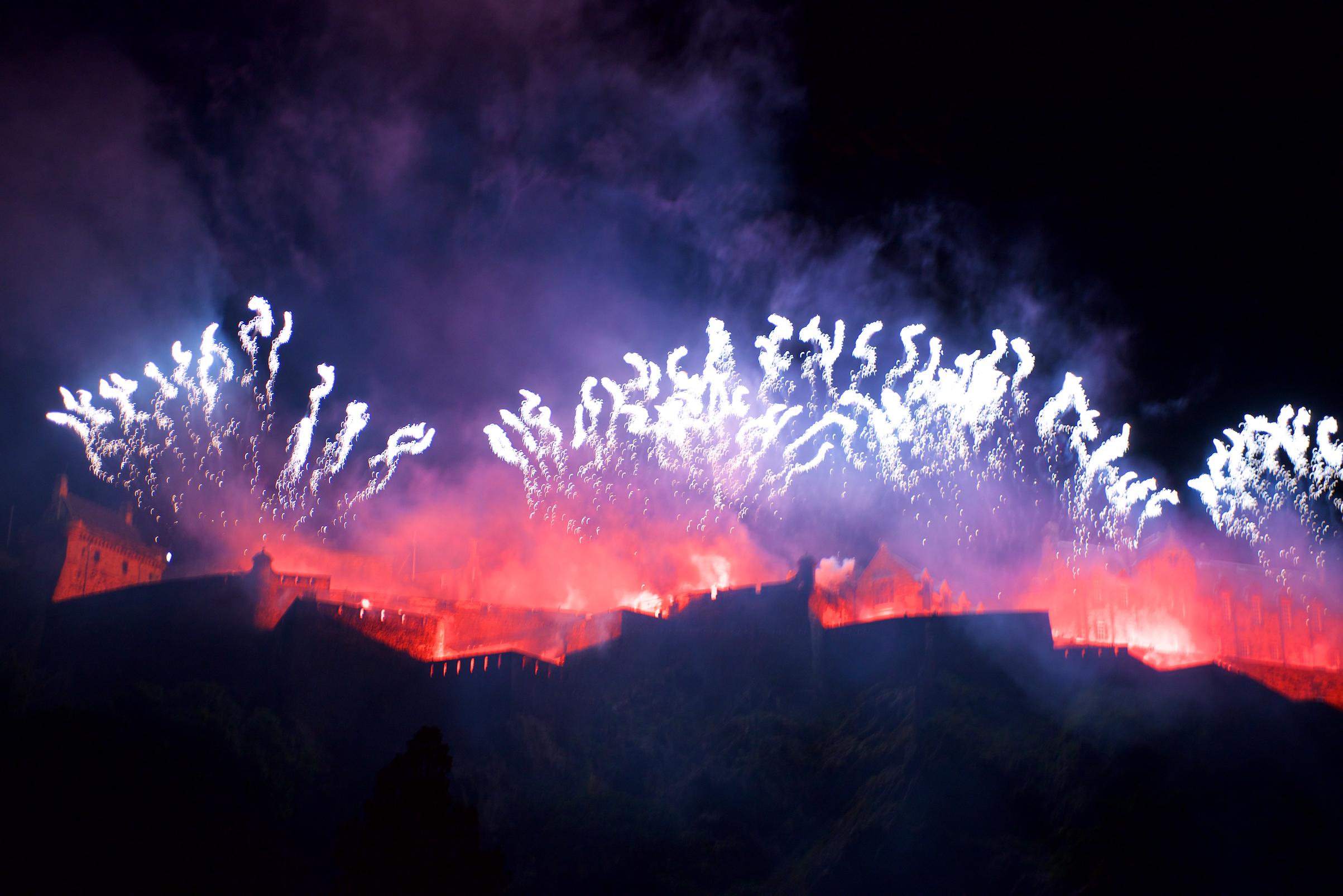 grand-finale-of-the-2017-international-festival-virgin-money-fireworks-concert-ross-bandstand-princes-street-gardens-edinburgh-uk-monday-28th-august-2017-10