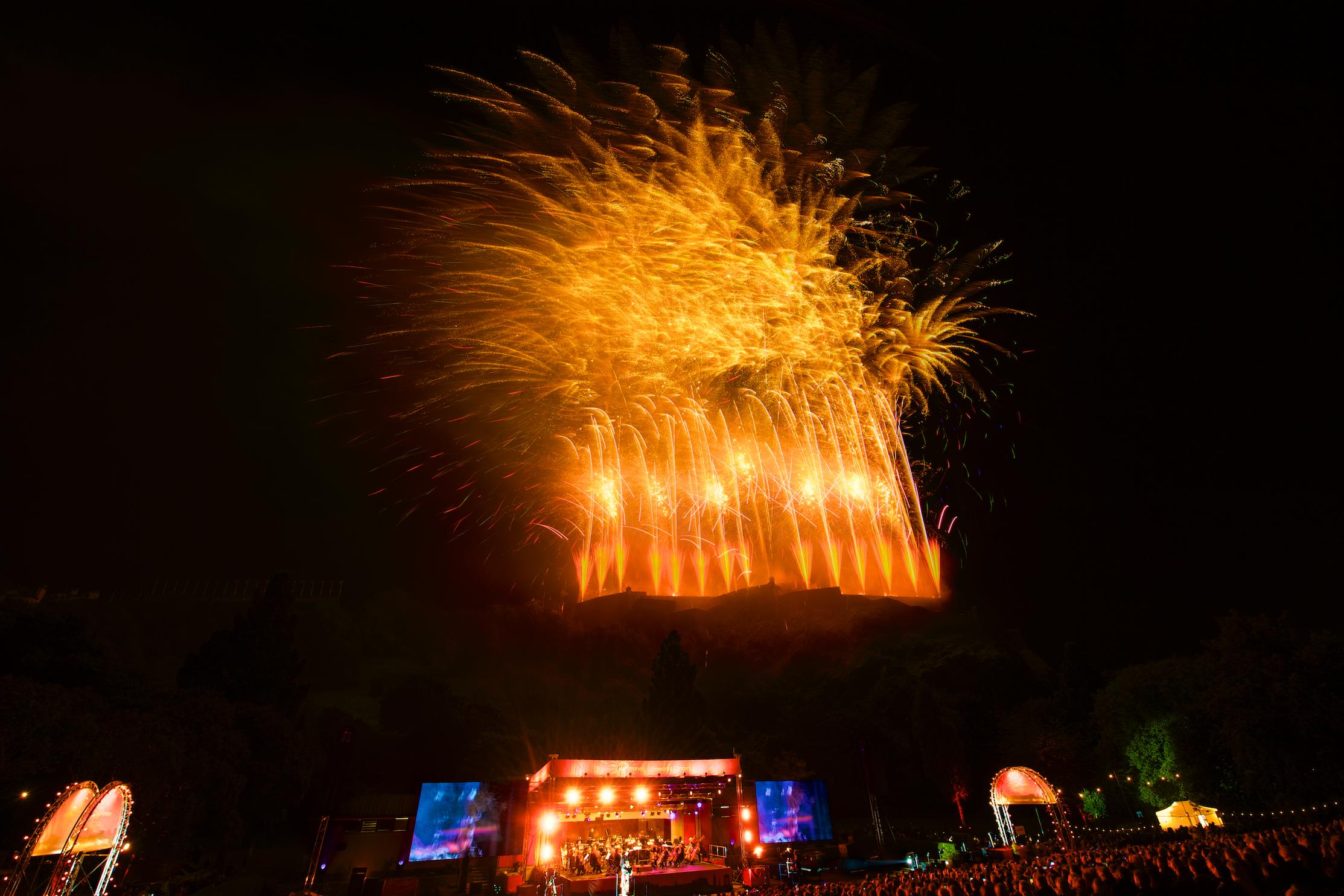 grand-finale-of-the-2017-international-festival-virgin-money-fireworks-concert-ross-bandstand-princes-street-gardens-edinburgh-uk-monday-28th-august-2017-16