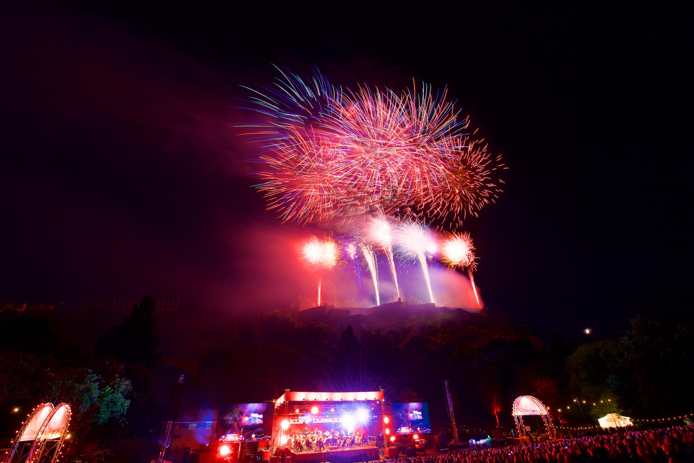 grand-finale-of-the-2017-international-festival-virgin-money-fireworks-concert-ross-bandstand-princes-street-gardens-edinburgh-uk-monday-28th-august-2017-3