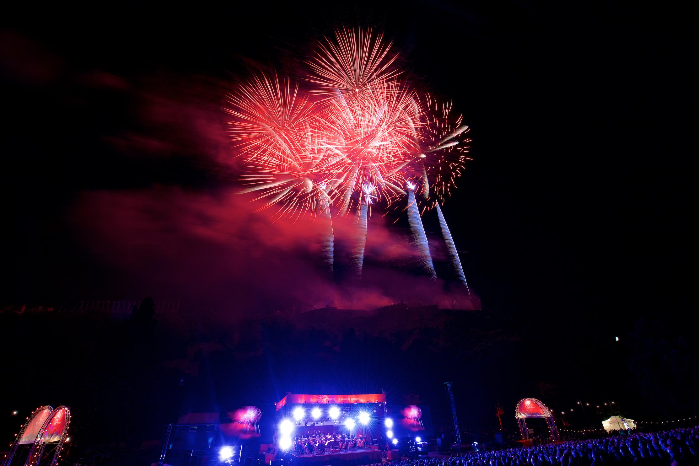 grand-finale-of-the-2017-international-festival-virgin-money-fireworks-concert-ross-bandstand-princes-street-gardens-edinburgh-uk-monday-28th-august-2017-6